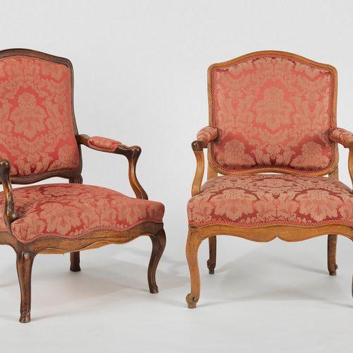 Paire de fauteuils à assise basse, Berne, XVIIIe s  Bois au naturel, soierie cra…