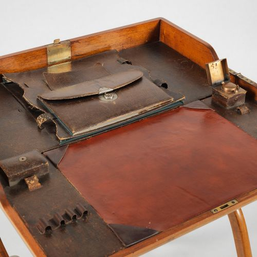 Petit bureau portatif, garniture en chagrin  Marque avec aigle bicéphale, 79x61x…