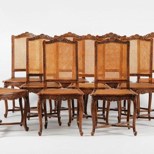 Dix chaises cannées de style Régence  Bois au naturel, placets rouges