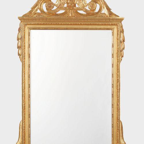 Miroir à fronton de style Louis XVI,  Bois sculpté et doré à décor d'une aigle, …