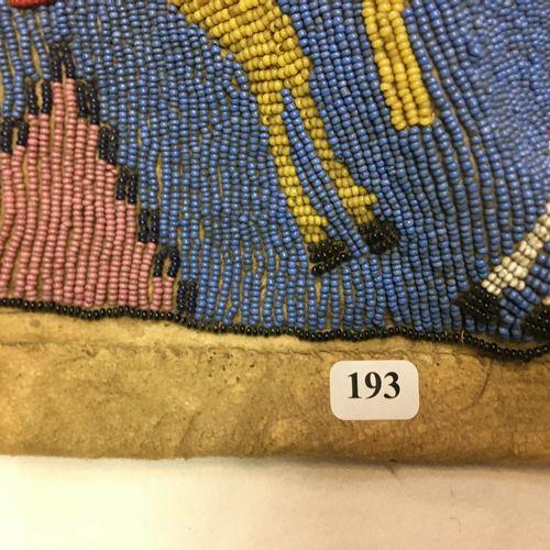 Sac en peau. Indiens des plaines. Lakota/ Sioux (?) Décor de perles de verre mul…