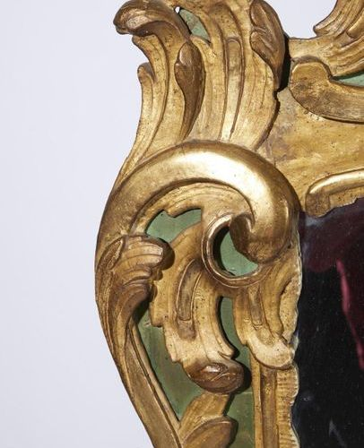 255 Gilt and carved wood mirror decorated with shells, stylized acanthus and flo…