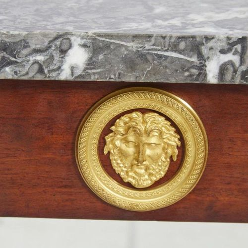 545 Beautiful console in mahogany and mahogany veneer, the front legs with sheat…