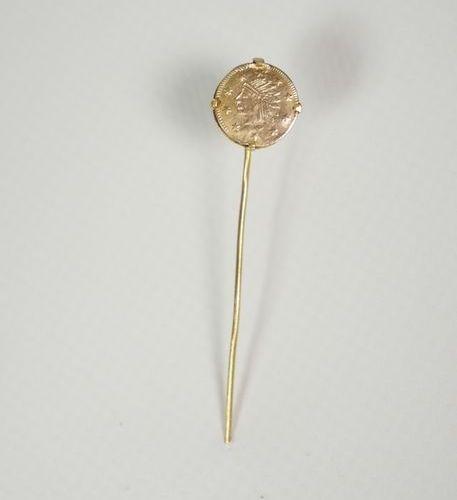 Epingle de cravate or jaune ornée d'une petite pièce américaine datée 1849. Poid…
