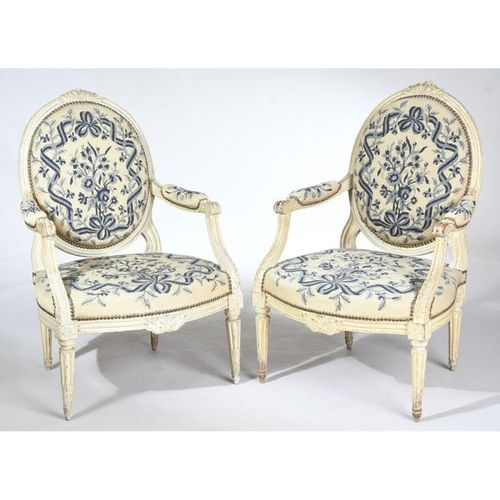 PAIR OF LOUIS XVI FALLS in wood rechampi with back medallion with carved decorat…