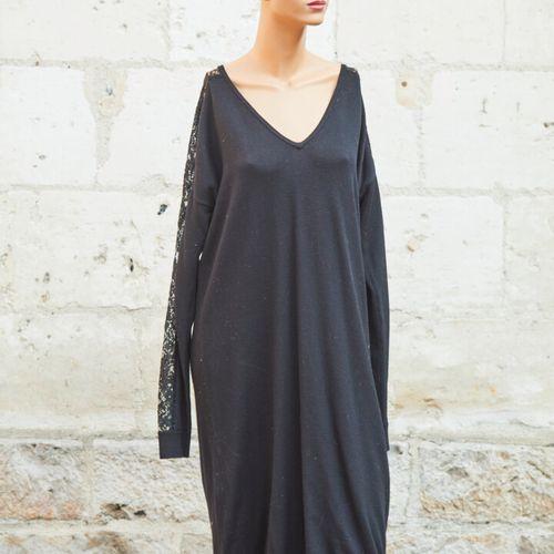 ZAPA和GERARD DAREL。一套两件的裙子。  黑色粘胶毛衣裙,圆领,肩部有钩织花边效果。尺寸4。  灰色丝质飘逸长裙。尺寸42