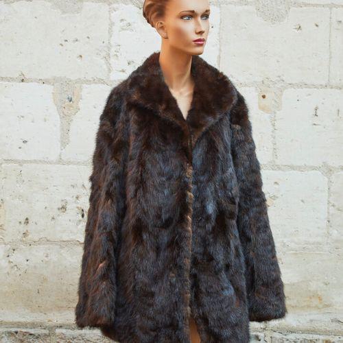一套两件毛皮夹克:一件是四分之三长的貂皮夹克,另一件是暖肩。