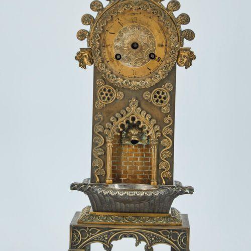 一个时钟的好奇元素将被重新固定在青铜和镀金的黄铜上,代表一个喷泉和它在大教堂类型框架中的盆地。  19世纪晚期。  高度:36厘米 宽度:15厘米 深度:10.…