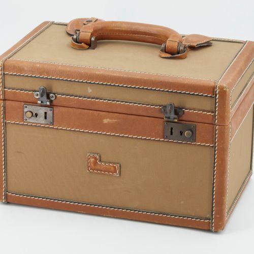 兰西尔。 灰褐色帆布和黄褐色皮革的梳妆台。(轻微磨损)  21x32.5x21厘米