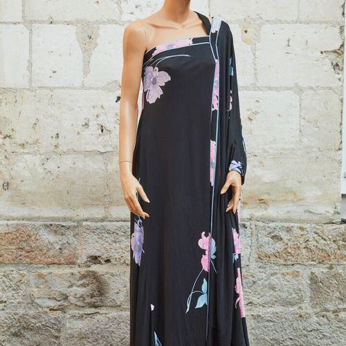 LEONARD.黑色丝质针织衫的单肩长裙,上面有粉色、淡紫色和蓝色的花朵印花。尺寸2(?