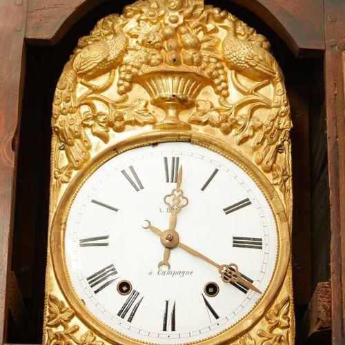 木质和樱桃木落地钟,黄铜表盘上有白色珐琅的丰饶之角,并标有A LOY A CAMPAGNE。  19世纪。  高度:255厘米 宽度:45厘米 深度:32厘米