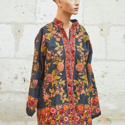 毛领外套完全是在野生丝织品上刺绣的花朵。尺寸44