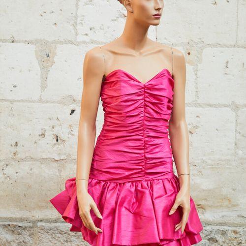 一批两件塔夫绸的晚礼服。   一件无肩带的紫红粉色尺寸约为36 38   另一件单肩黄色带花连衣裙 尺寸约:40