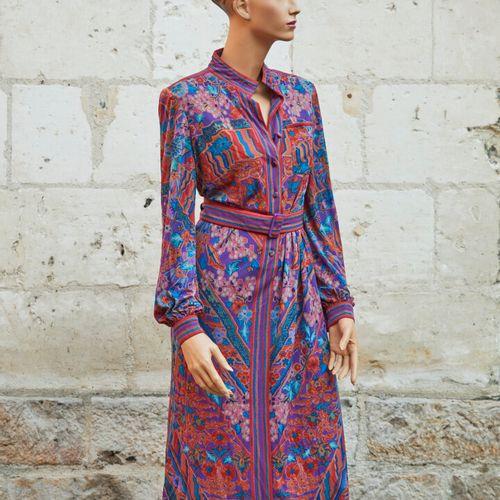 LEONARD.紫色背景和花纹的多色丝质针织衬衫裙。尺寸为0。
