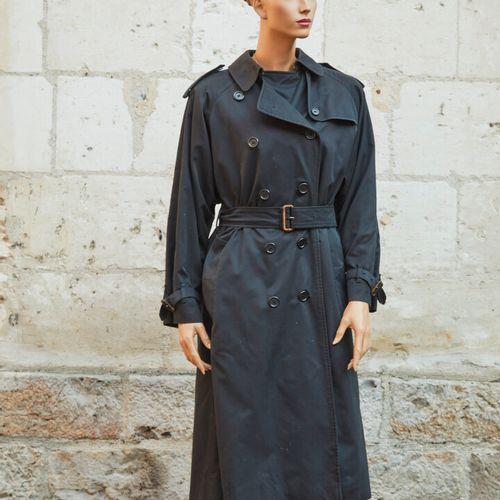 BURBERRY.黑色棉质风衣,格子呢印花羊毛衬里,可拆卸无袖羊毛格子呢衬里。  大约尺寸:38 40。  衬里有小污点)。