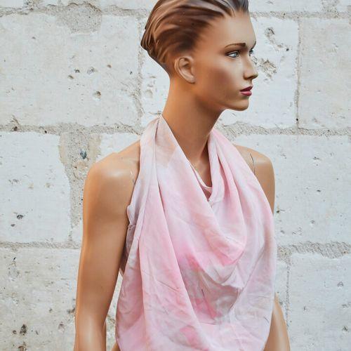 LEONARD.粉红色丝质围巾,上面有浮雕的花朵。  80x80cm