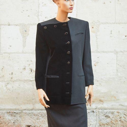 兰文。羊毛、Cupro和黑色天鹅绒的裙子套装。  直筒无领夹克,扣子简单。直筒裙,腰部略高,长度过膝。  尺寸约为38