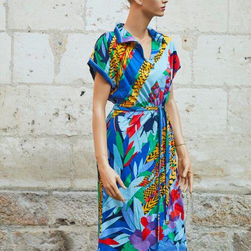 LEONARD.多色丛林印花的针织连衣裙。短袖,马球领口和腰带。尺寸1。(正面有小斑点)