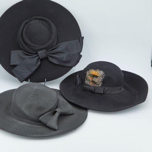 一套3顶帽子,包括:  扁结黑色小草帽  普罗旺斯式的羊毛毡平顶帽,有一个打结的辫子   宽檐帽,用羽毛和罗缎带加固的宽檐帽