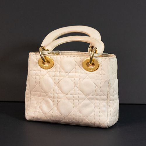 CHRISTIAN DIOR   sac Lady Dior mini, en cuir blanc cassé  H: 23 cm usures d'usag…