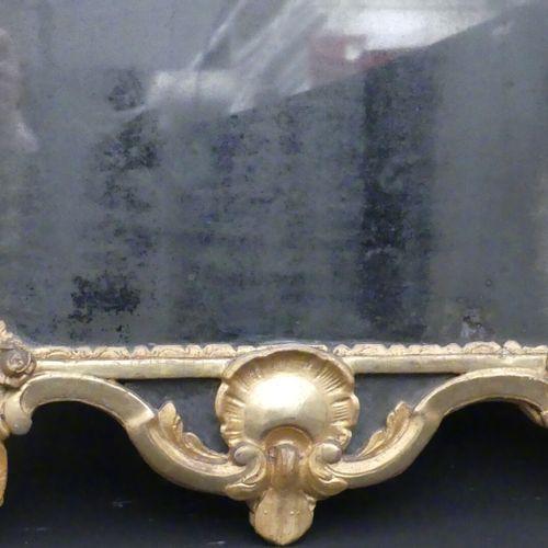 Glace à parecloses en bois sculpté et doré à décor d'entrelacs, coquille et fleu…