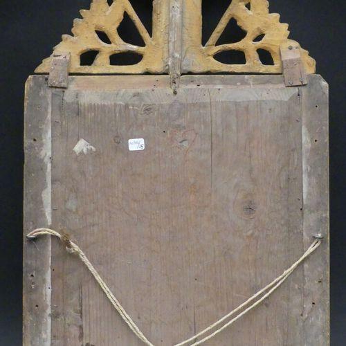 Glace en bois doré, le fronton ajouré à décor de feuillages.  Style Louis XVI  7…