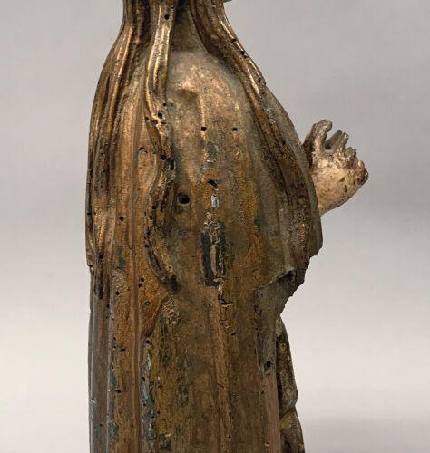 Sujet en bois sculpté doré et traces de polychromie.  Vierge en prière.  Catalog…