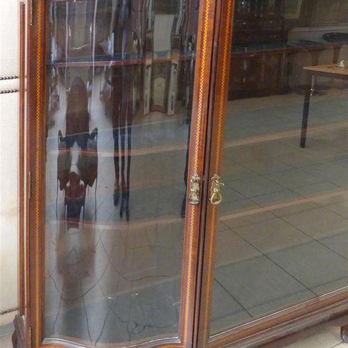 Vitrine galbée ouvrant par trois portes à décor marqueté.  Style anglais, fin XI…