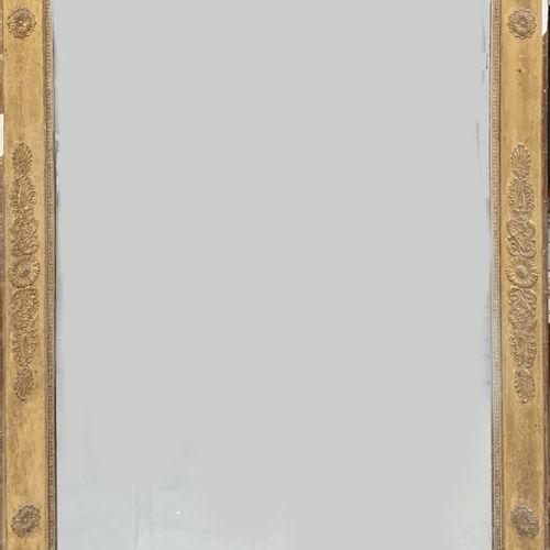 Grande glace de cheminée en bois stuqué et doré à décor de palmettes.  XIXe  151…