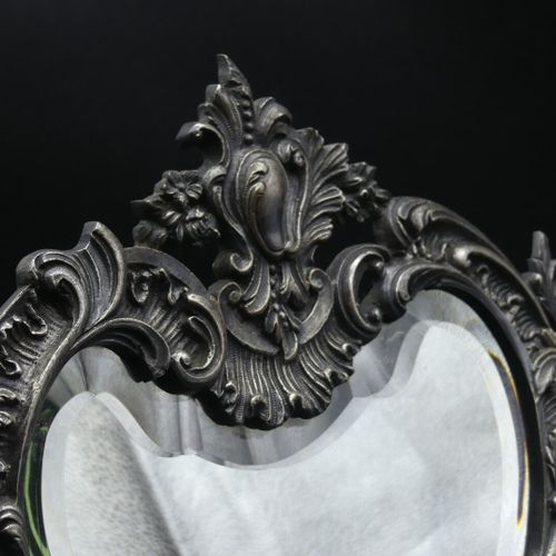Miroir de toilette à poser en bronze argenté de style Rocaille.  H : 42 L : 30 c…