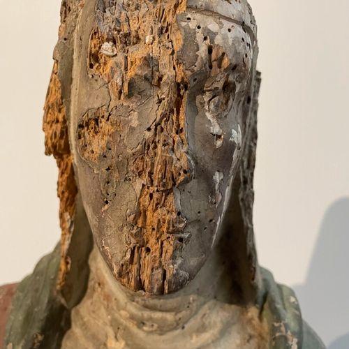 Sujet en bois sculpté polychrome.  Sainte assise à la Bible.  H : 74 cm  (accide…