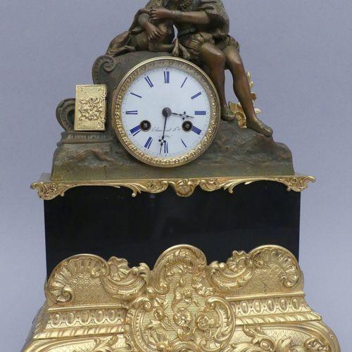 Pendule en bronze à patine multiple surmontée d'un sujet en bronze à patine méda…