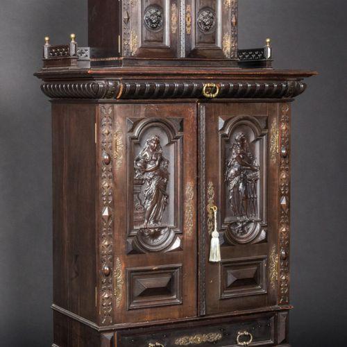 Meuble d'entre deux en bois teinté sculpté.  Il ouvre en partie basse, par deux …