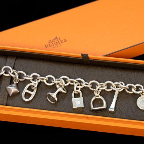 HERMES, Paris. Amulettes  Bracelet en argent.  Poids : 64,9 g L : 19 cm dans sa …
