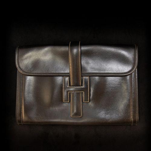 HERMES Paris Jide  Pochette en cuir noir et surpiqures blanches  H: 19 cm L: 29 …