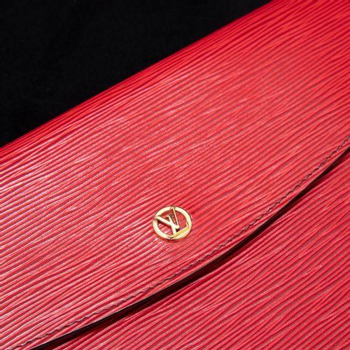 LOUIS VUITTON Montaigne  Pochette en cuir épi rouge , f ermeture pression monogr…