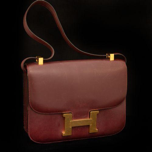 HERMES Paris Constance  Sac 23cm en box bordeaux, fermoir « H » plaqué or sur ra…