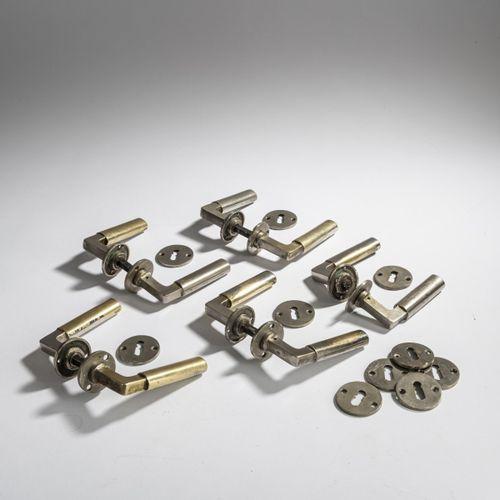 Walter Gropius, 5 paires de poignées de porte, 1923, L. 11 cm. Fabriquées par Wi…