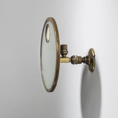 France, Miroir mural éclairé, c. 1930, D. 24 cm, profondeur 15 cm. Laiton tubula…