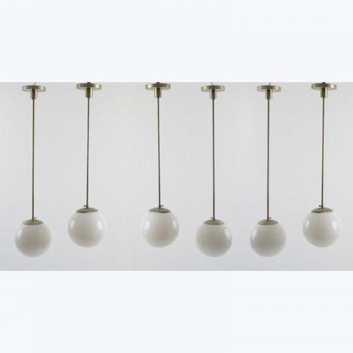 Allemagne, 6 plafonniers, années 1930, H. 110 cm, D. 27 cm. Métal tubulaire, tôl…