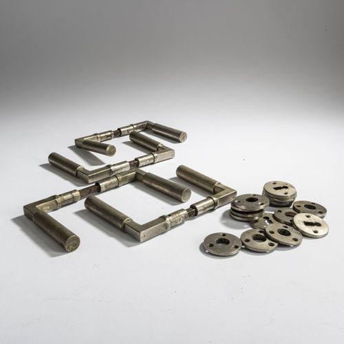 Walter Gropius, 4 paires de poignées de porte, 1923, L. 11,2 cm. Fabriquées par …