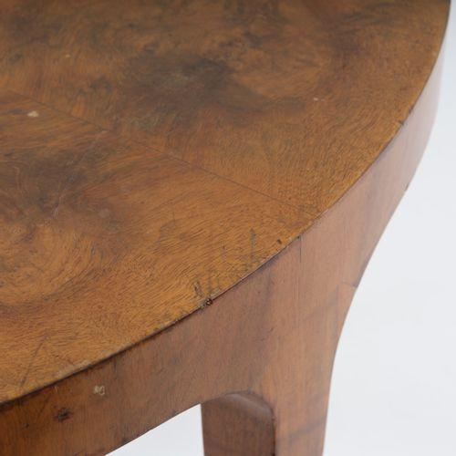 Friedrich Hirz, Table à thé, 1935, H. 62 cm, P. 90 cm. Noyer, placage de ronce, …