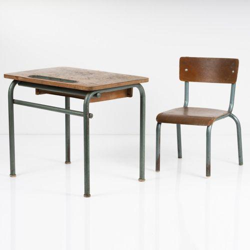 France, Bureau et chaise d'enfant, 1940 / 50s, Bureau : H. 50 x 60 x 40 cm ; cha…