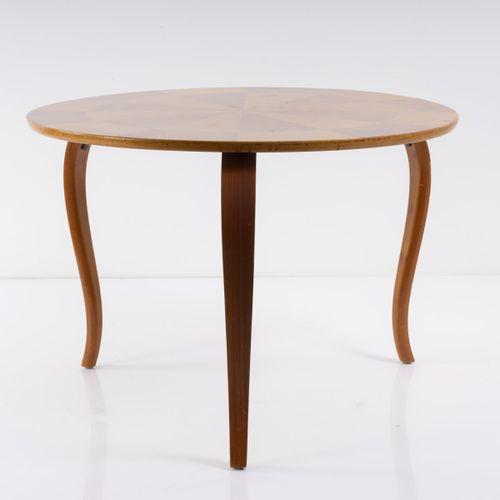 Suède, Table de salon, années 1930, H. 56 cm, P. 80 cm. Contreplaqué de bouleau,…