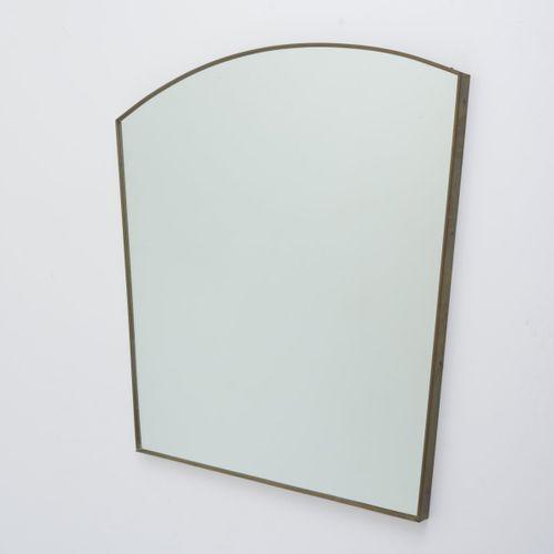 Italie, Grand miroir mural, c. 1949, H. 85 x 95,5 x 3 cm. Tôle de laiton, bois, …