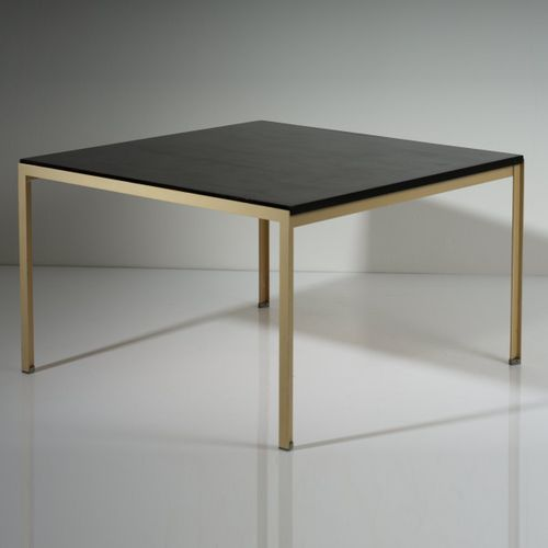 """Florence Knoll, table d'appoint """"T angle"""", 1952, H. 48 x 80 x 9 cm. Fabriquée pa…"""