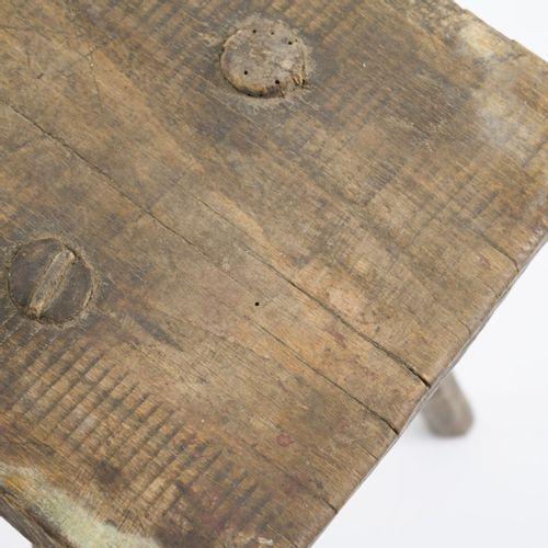 Scandinavie, 5 tabourets, années 1920, H. 23 49,5 x 26,5 55,5 x 16 22 cm. Bois..…