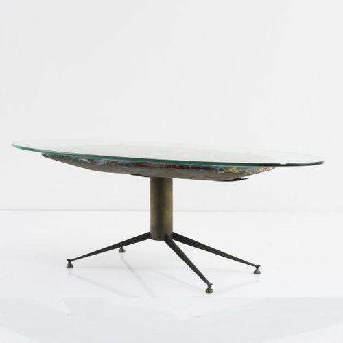 Italie, table basse 'Mare', c. 1955, H. 44 x 118 x 60,5 cm. Laiton tubulaire, tô…