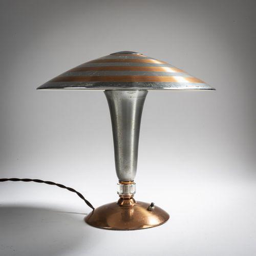 Italie, Lampe de table, années 1950, H. 32 cm, P. 34 cm. Feuille de cuivre, part…