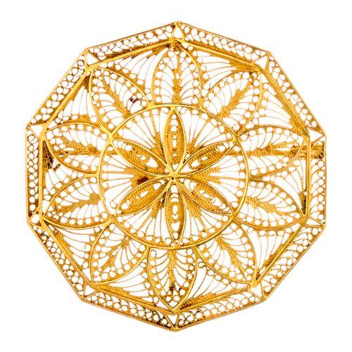 Broche en or jaune à décor filigrané  Ø : 5 cm  Pb : 15,20 g (18K 750/1000)
